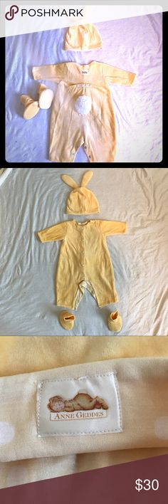 Adorable Anne Geddes Yellow Velour Bunny Outfit This 3-6 month outfit includes a one-piece, a darling hat with ears, and little booties, all in matching yellow velour! The color is very pretty, it's almost a crushed fabric, so the color varies depending on which direction the fabric lays (almost like microfiber does). Great condition, no holes, rips, or stains! This is an absolutely darling unisex set, would be perfect for professional photos, as a costume for Halloween, or even a themed…