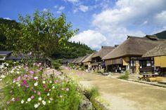 江戸時代(1603-1867年)の町並みを今に残す宿場町「大内宿」。約50軒の萱葺き民家が建ち並び、いまにも侍が現れそうな雰囲気だ。