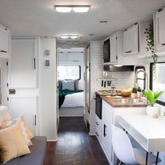 35 Best Farmhouse Style RV Makeovers Ideas On a Budget. Farmhouse style isn't pretty much creating knick-knacks that appear rustic and lovely. Do you like the farmhouse style. Rv Living, Tiny Living, Mobile Living, Rv Interior, Interior Design, Trailer Interior, Interior Ideas, Ideas Prácticas, Decor Ideas