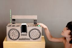 See how funny is to build this cardboard radio that really works with iPod! (in Portuguese)