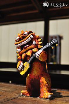 三線を弾きながら、気持ち良さそうに唄っているシーサーの像。 視ているだけで幸せな気分にさせてくれますね… 竹富島・竹富観光の待合所にて撮影。竹澤雅文
