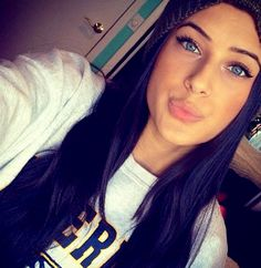 Everythings cute af in this picture. Love her eyes with her long dark pretty hair. Dark Purple Hair, Long Dark Hair, Yellow Hair, Blue Hair, Dark Blue, Everyday Hairstyles, Pretty Hairstyles, Hair Styles 2014, Long Hair Styles