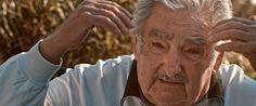 Frágil Equilibrio es una película basada en una larga entrevista a Mujica donde aborda los grandes temas del mundo hoy, centrales en este 2016 inquietante que parece alumbrar otra época más incierta que nunca. Una globalización sin ley, liderada por la élite financiera, que ha dejado a millones en la cuneta llevando la desigualdad a niveles obscenos. Un patrón de consumo que encamina al ser humano hacia el vacío interior, al tiempo que tritura el planeta como lo conocemos.