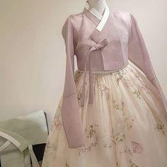 make up looks natural asian Prom Dresses With Sleeves, Modest Dresses, Pretty Dresses, Traditional Fashion, Traditional Dresses, Hanbok Wedding, Korea Dress, Modern Hanbok, Dress Attire