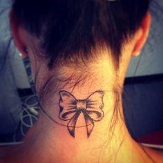 Tatuagem de laço na nuca