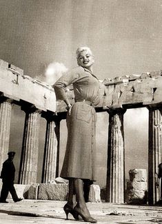 Jayne Mansfield visits ''Parthenon'' at the ''Acropolis'' of Athens. Old Photos, Vintage Photos, Greece Tours, Athens Greece, Parthenon Greece, Jayne Mansfield, Vintage Travel Posters, Love Affair, Vintage Hollywood