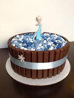 To the rescue of your extra chocolate Easter: cake Kit Kat easy! - Five Forks Elsa Birthday Cake, Frozen Themed Birthday Party, Cool Birthday Cakes, Birthday Parties, Candy Cakes, Cupcake Cakes, Bolo Elsa, Color Caramelo, Elsa Cakes