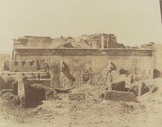 1849-1850 - Denderah : façade postérieure du grand temple. Photographe : Maxime Du Camp