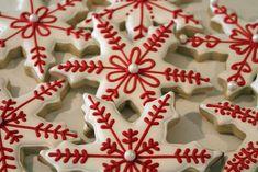 Galletas copo de nieve rojos y blancos