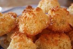 Questi biscotti al cocco sono saporitissimi e facilissimi da fare. La ricetta, prevede l'uso di soli tre ingredienti. Segui la ricetta!