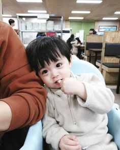 ในภาพอาจจะมี 1 คน, ทารก และภาพระยะใกล้ Cute Baby Boy, Cute Little Baby, Lil Baby, Little Babies, Cute Boys, Kids Boys, Little Boys, Baby Kids, Cute Asian Babies