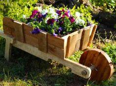 jardinière décorative en palette de bois avec plantes et fleurs