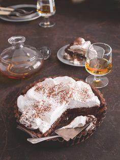 Koláč s ďábelsky čokoládovým krémem s kapkou brandy a nadýchanou čepicí je tak skvělý, že se na něm stanete závislými!