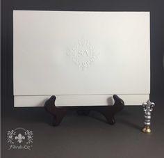 Invitaciones de boda con diseño clásico.