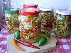 Arome si culori : Ardei iuti cu ceapa in otet Canning Pickles, Romanian Food, Romanian Recipes, Canning Recipes, Diy And Crafts, Mason Jars, Food And Drink, Stuffed Peppers, Homemade
