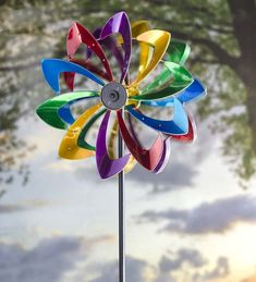 Our flower solar wind spinner adds motion and light. Kinetic painted metal garden spinner is unique and colorful. Solar LED wind spinner lights up at night. Garden Wind Spinners, Kinetic Wind Spinners, Wind Sculptures, Garden Sculptures, Metal Garden Art, Metal Art, Glass Garden, Evergreen Garden, Metal Flowers