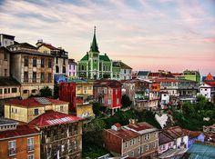 ✿⊱╮Iglesia Alemana y las coloridas casas del Cerro Concepción en Valparaiso, Chile