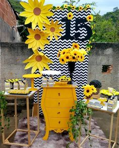 Are you looking for ideas to celebrate a XV years Party ? Find out which are the best Modern Themes for 15 years that stand out for their originality and Wedding Balloon Decorations, Birthday Party Decorations, Party Themes, Sunflower Birthday Parties, Sunflower Party, Grandma Birthday, Wedding Wall, Boho Baby Shower, Sweet 16 Parties