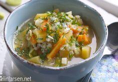 I dag er det grønnsakssuppe som står på menyen. Frisk hjemmelaget suppe som bugner av grønnsaker, farger, spenst og sunnhet. Er ikke til å unngå at en booster både humør og energinivå med denne middagen! Nå jeg først lager suppe så hender det at jeg lager store porsjoner. Denne er beregnet for 4 porsjoner. Grønnsakssuppe …