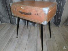 """Jolie table valise annees 50 pietements compas. Création unique avec une jolie valise cartonnée des années 50 les huits coins sont en tôle. chercher """"stockéco14"""" ou """"brocante-vintage.fr"""""""