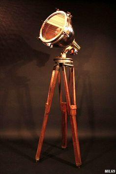 Très beau modèle de phare de pont de bateau, vers 1930 monté sur trépied de géomètre, cuivre et fonte de laiton, pied réglable, chêne massif.