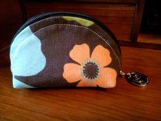 """Monedero. Basado en el patrón y el tutorial de """"Michelle Patterns"""": http://keyka.typepad.com/my_weblog/2011/08/lets-make-dumplings-free-zip-pouch-tutorial.html Zip Pouch FreeTutorial"""