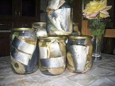 Cеледка на зиму рецепт Свежую селедку почистить , можно отделить от костей , порезать на куски . Залить холодной водой и оставить на 6-8 часов .