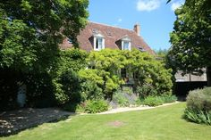 Chambre d'hôte de charme Domaine-Les-Feuillants en Touraine, 37220 CROUZILLES (Indre-et-Loire) Chambre d'hôte de charme Domaine-Les-Feuillants en Touraine au coeur des châteaux Chambres d'Hôtes : 3 personnes Au cœur des châteaux de la Loire, sur la route des vins de Chinon, nous vous accueillons dans un écrin de verdure. La chambre d'hôte de charme est située au premier étage privatisé de la maison de 18e siècle, vous disposerez d'une salle de bain et d'un wc privé, d'une télévision TNT ...