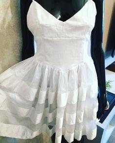 94b5af76a6fe98 Biała gorsetowa sukienka rozkloszowana Gina Tricot - vinted.pl Formalne  Sukienki, Ubrania, Styl