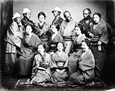 みな視線が微妙に異なる「日本人の集合写真」=長崎大学付属図書館蔵