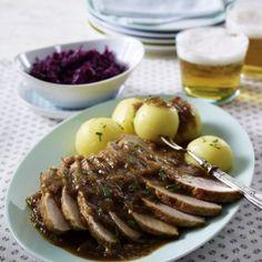 Zwiebel-Schweinebraten zu Rotkohl und Kartoffelknödeln Rezept | LECKER