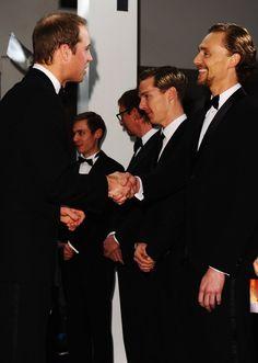 Pin for Later: Wenn Welten aufeinander prallen: Promis begegnen den Royals Prinz William begrüßte Tom Hiddleston bei der Premiere von War Horse im Januar 2012.