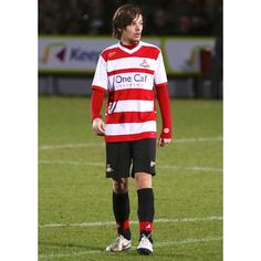 Louis Tomlinson's girlfriend Eleanor Calder, fans support football... ❤ liked on Polyvore featuring one direction, louis, louis tomlinson and 1d