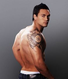 Traditonal tattoo ideas - there are very many ideas about tattoos and choos Cool Shoulder Tattoos, Mens Shoulder Tattoo, Forearm Tattoos, Sleeve Tattoos, Finger Tattoos, New Tattoos, Tribal Tattoos, Rugby Tattoos, Cross Tattoos