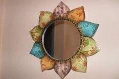 Moldura de espelho em MDF em formato de girassol.  Peça toda pintada à mão e carimbada.  Peça de decoração em parede.    As cores podem variar de acordo com o gosto do cliente.