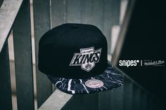 Gemeinsam mit SNIPES hat Mitchell & Ness ein neues Design für die klassische Snapback-Cap kreiert. Die Shatter NHL Los Angeles Kings Cap besitzt ein Schirm im coolen Splatter-Look, der perfekt zur schwarz-weißen Farbgebung passt. Artikelnr.: 7005635 Preis: 34,99 Euro #snipes #snipesknows #mitchellandness #caps #snapback