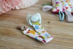 DIY Cómo hacer un chupetero para bebés | el taller de las cosas bonitas Candy Crafts, Diy For Girls, Baby Sewing, Fabric Art, Crochet Baby, Baby Gifts, New Baby Products, Diy And Crafts, Sewing Projects