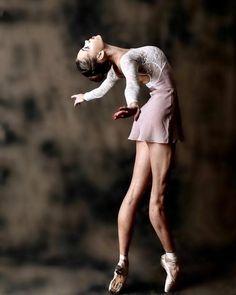 Dance, just dance Shall We Dance, Just Dance, Tumblr Ballet, Foto Sport, Dance Movement, Dance Poses, Tiny Dancer, Ballet Photography, Ballet Beautiful