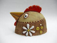 Slepice Ze šamotové hlíny, vhodné i k venkovní dekoraci. Výška 11,5 cm, délka 15,5 cm.