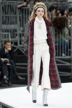 Chanel Fall 2017 Поговорим о высоком, сложном Chanel. Этот лук отражает то, что будут носить модники : жаккардовое пальто с флисовым подкладом; блуза из тонкой ткани с воротом и массивным украшением; брюки со стрелками и расклешенные к низу. Красиво, модно, с подиума и от Лагерфельда. Всё как нужно, в лучших традициях Сhanel и с адаптацией в современность и digital. В списке, потому что не может быть не в списке.Сшить себе такой? Почему-бы нет, все хотят быть в стиле Chanel, причем всегда.