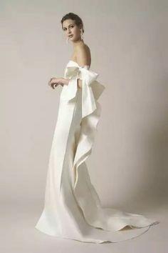 See the best designer wedding dress looks from Spring 2017 Bridal fashion week, from the likes of Marchesa, Elie Saab and Oscar de la Renta. Simple Wedding Gowns, Wedding Dress Trends, Wedding Looks, Wedding Attire, Dress Wedding, Lace Wedding, Wedding Mandap, Wedding Receptions, Elegant Wedding