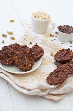 Gluteenittomat suklaapähkinäkeksit leivotaan kaurahiutaleilla ja paistetaan rapeiksi.