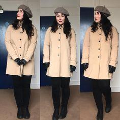 #lookdodia: Boina cinza, sobretudo corte reto, luvas de couro preta, jeans preto e botas. O sobretudo dá uma ilusão de vestido, ao mesmo tempo que o jeans protege mais do frio. Para as mais cheinhas, como eu, o corte reto do sobretudo auxilia muito a disfarçar as gordurinhas, além de ser tendência aqui fora. Como eu já disse em vídeos, tudo é questão de combinar. Menina Celia está francesa hoje  O que acharam? ❤️ . . . #modesty #modestia #modestymatters #modestiasemfrescura #fashion…