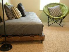 bett aus europaletten auf pinterest ecksofas runder. Black Bedroom Furniture Sets. Home Design Ideas