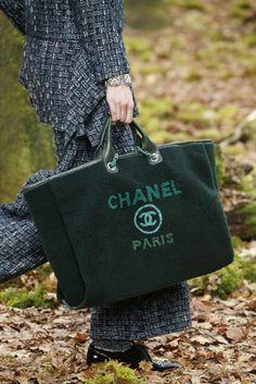 Detail / Chanel / Paris / Herbst 2018 / Kollektionen / Fashion Shows / Vogue Fall Handbags, Burberry Handbags, Chanel Handbags, Luxury Handbags, Fashion Week Paris, Autumn Fashion 2018, Chanel 2018, Chanel Paris, Coco Chanel