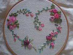 modèle broderie au ruban de soie Bullion Embroidery, Embroidery Hearts, Floral Embroidery Patterns, Hand Embroidery Videos, Hand Embroidery Flowers, Hand Work Embroidery, Silk Ribbon Embroidery, Hand Embroidery Designs, Diy Embroidery