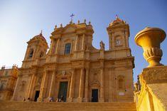 Noto, città dichiarata patrimonio dell'Umanità e Capitale del Val di Noto, rappresenta il cuore e trionfo del tardo barocco siciliano