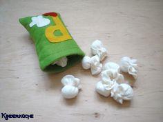 Children's kitchen – felt popcorn … - Modern Sewing Crafts, Sewing Projects, Food Pillows, Felt Food Patterns, Diy Felt Christmas Tree, Felt Play Food, Felt Fairy, Crafts For Kids To Make, Felt Hearts