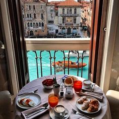 Breakfast with a view  | #Venice - #Italy | Picture by @umutkiziltan  ✈✈✈ Here is your chance to win a Free Roundtrip Ticket to Milan, Italy from anywhere in the world **GIVEAWAY** ✈✈✈ https://thedecisionmoment.com/free-roundtrip-tickets-to-europe-italy-venice/