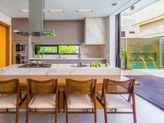 Totalmente funcional, moderna e prática.    Cozinha de ilha é tendência na arquitetura de cozinhas contemporâneas. Ela funciona como uma bancada que fica no centro da cozinha, permitindo a divisão de tarefas em diferentes pontos do cômodo.  Sem contar que a proposta integra outros ambientes à cozinha, como varandas, salas e terraços, promovendo a interação entre aqueles que usufruem dos espaços agregados. É uma ótima alternativa para quem quer ressignificar o espaço destinado à gastronomia…